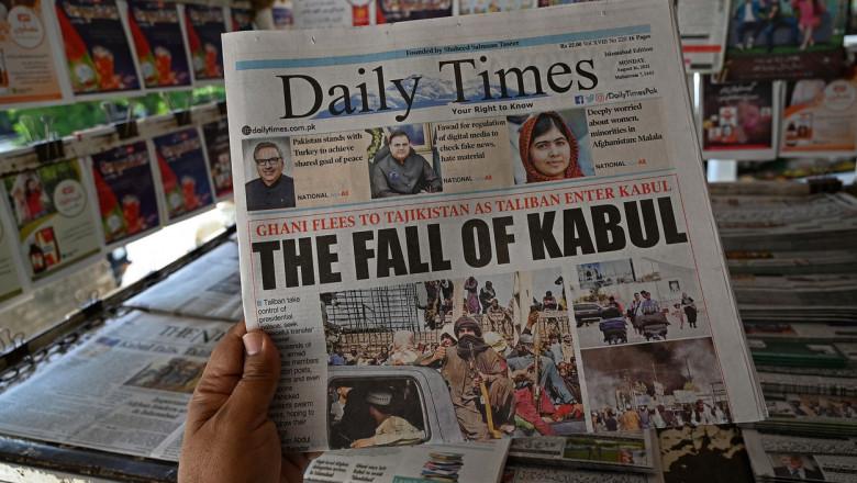 """""""Căderea Kabulului"""", pe prima pagină a ziarului Daily Times după ofensiva prin care talibanii au preluat puterea în Afganistan"""