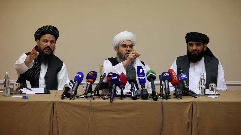 Negociatorii talibani Abdul Latif Mansoor (stânga), Shahabuddin Delawar (centru) și Suhail Shaheen (dreapta) participă la o conferință de presă la Moscova pe 9 iulie 2021, la momentul în care talibanii controlau aproximativ două treimi din teritoriul afgan.