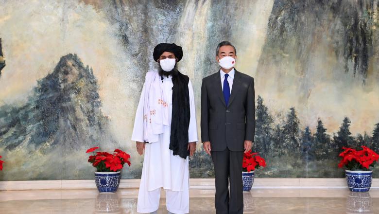 Imaginea oficială după întâlnirea desfășurată pe 28 iulie 2021 în nordul Chinei la Tianjin între Wang Yi, consilierul de stat chinez și ministrul de Externe și mullahul Abdul Ghani Baradar, șeful politic al talibanilor din Afganistan și probabil viitorul președinte al Emiratului Islamic al Afganistanului.