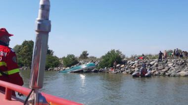 Barcă răsturnată pe malul canalului Sulina.
