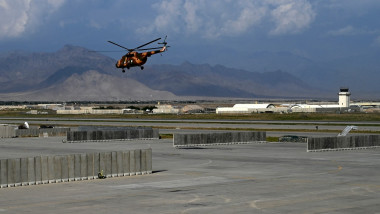 Elicopter afgan în zbor.
