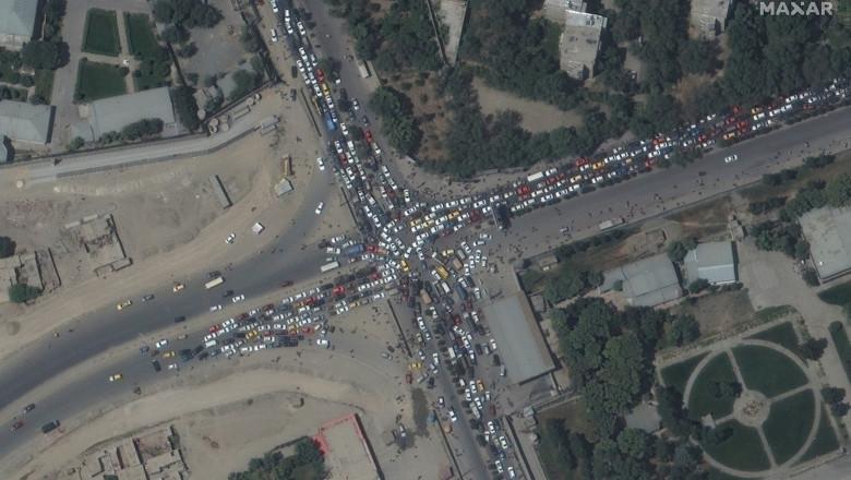 intersectie sufocata de masini in preajma aeroportului din kabul