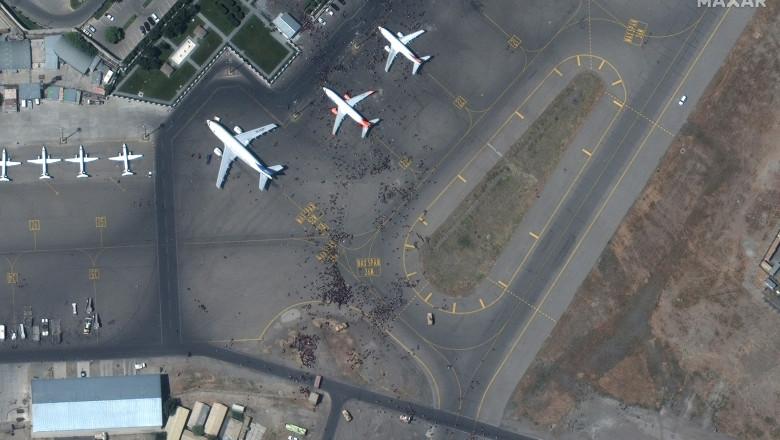mii de oameni au pătruns pe pista aeroportului din kabul si incearca sa ajunga la avioane