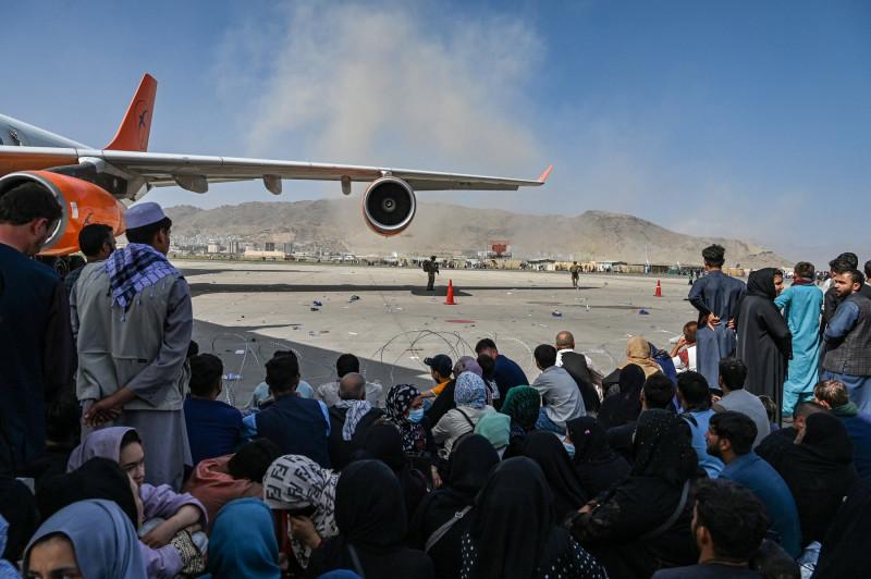 profimedia afgani pe pista aeroportului
