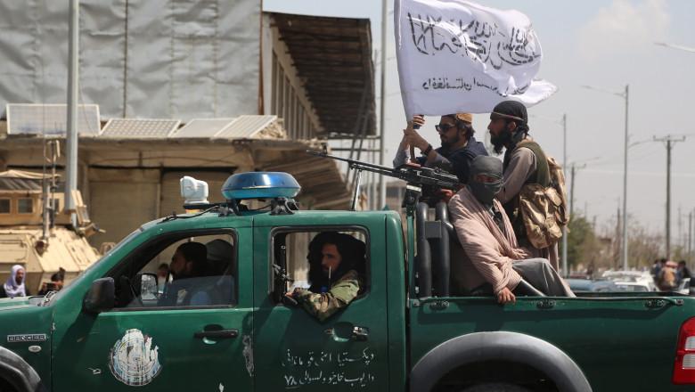 Luptatorii talibani surprinși într-un vehicul care circula pe străzile Kabul în data de 16 august