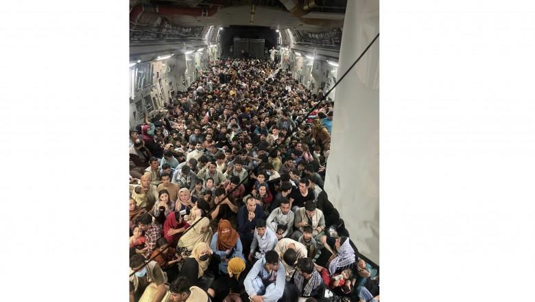 Aproape 650 de afgani evacuați din Kabul cu un singur transport