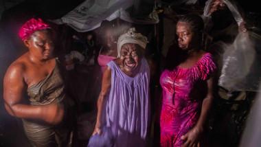 femei sinistrate din haiti într-o tabără după cutremurul devastator