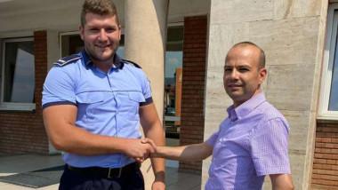 Un polițist dă noroc cu un bărbat care a returnat un portofel și un telefon găsite pe stradă.