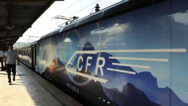 tren in gara pe peron