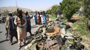 echipament militar pe marginea drumului