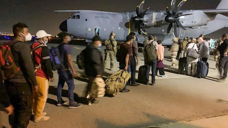 afgani si straini se prgatesc sa urce in avion la kabul