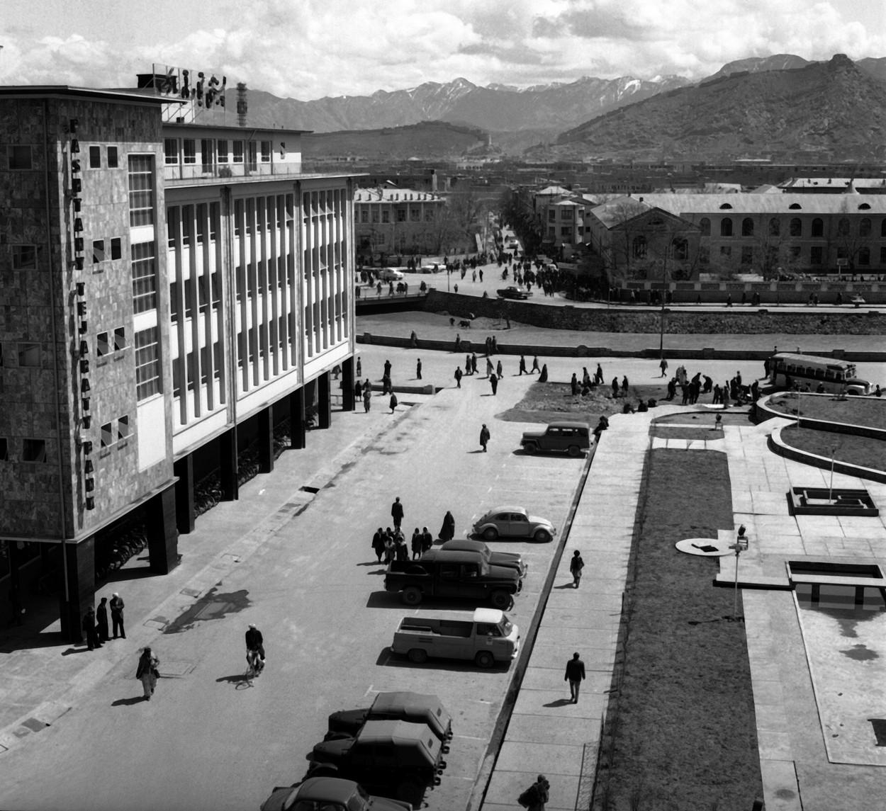 Stradă din Kabul în anii 1960. Foto alb-negru