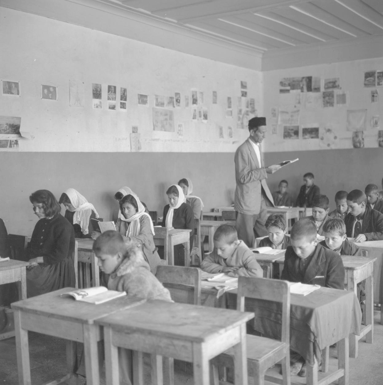 Copii în bănci, la o școală din Afganistan în anii 1960. Foto alb-negru