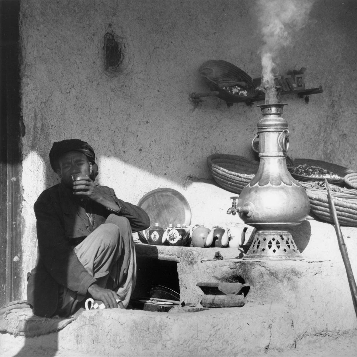 Bărbat afgan cu narghilea în anii 1960