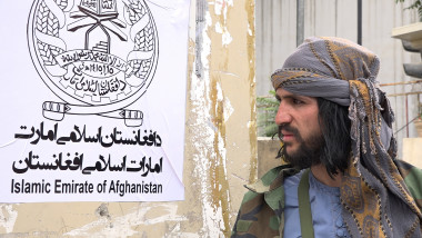 taliban care protejează clădirea în care liderii talibani țin prima conferință de presă