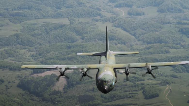 Avion Hercules C-130 în zbor.