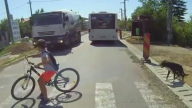 Copil care se ferește pe trecerea de pietoni de o mașină.