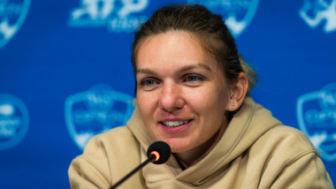 Simona Halep râde la o conferință de presă