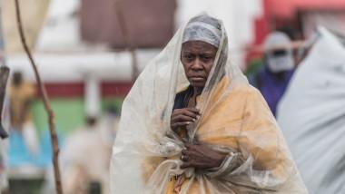 Femeie cu un sac de plastic în cap, ferindu-se de ploile aduse de furtuna Grace în Haiti după cutremurul masiv din august 2021