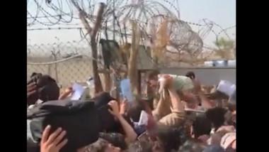 oamenii striga dupa ajutor in aeroportul din kabul