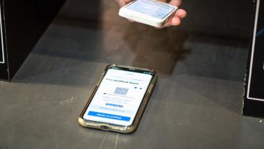 certificat verde digital covid pe un telefon scanat de autoritățile dintr-un aeroport