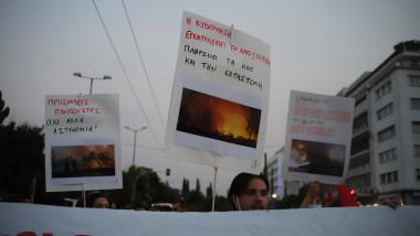 oamenii protesteaza la atena din cauza incendiilor