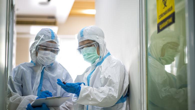 medici cu echipamente de protectie