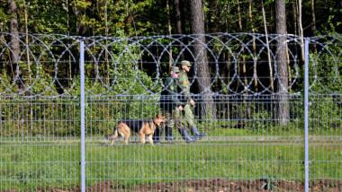 Militari letoni patrulează de-a lungul frontierei cu Belarus.