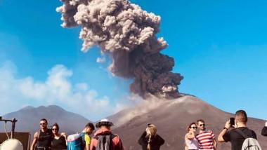 vulcanul etna fotografiat de turisti