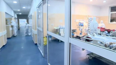 Pacienți și medici în spital.