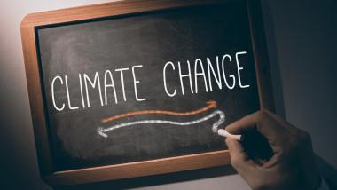 o tablă pe care scrie schimbari climatice