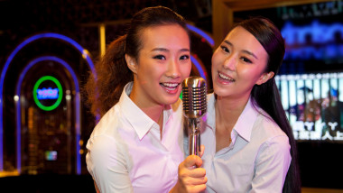 doua fete din china care canta la karaoke
