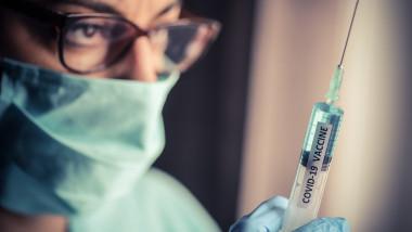 O asistentă vaccineză împotriva covid-19