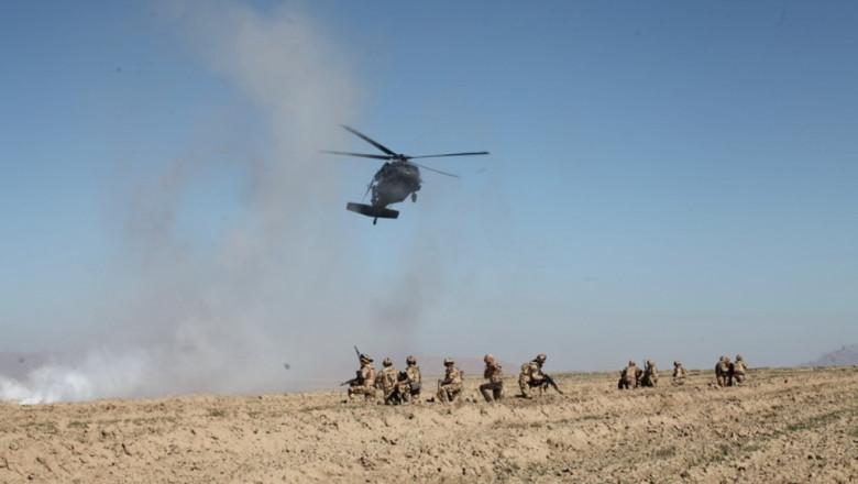 Militari români coborati din elicopter în timpul unei misiuni în Afganistan