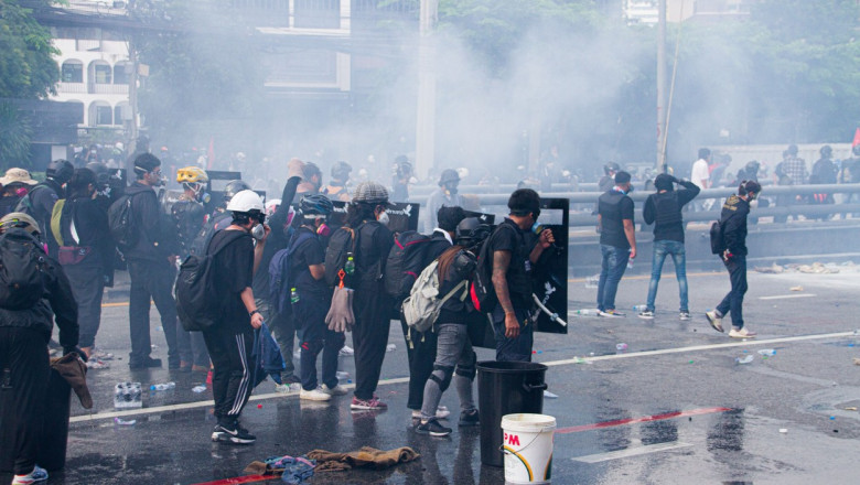 protestatari cu scuturi în Thailanda, în timpul protestelor anti-guvernamentale din august 2021, din cauza gestionării defectuoase a pandemiei de coronavirus