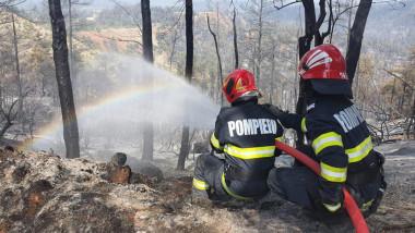 doi pompieri sting un incendiu de padure
