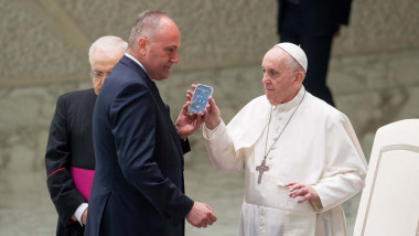 At the end of the Audience, Pope Francis, with the help of his butler Pierluigi Zanetti, unexpectedly made an urgent phone call