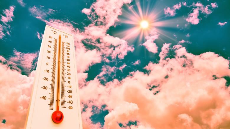 termomentru cu mercur spre temperaturi inalte pe fondul unui cer cu nori si soare