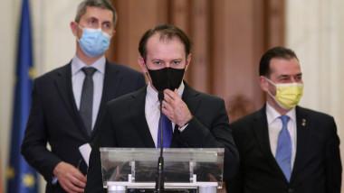 Ciți face declarații, însoțit de Barna și Orban.