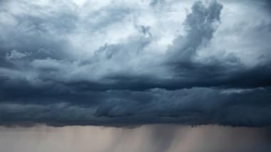 Imagine cu nori și ploaie puternică.