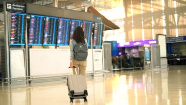 pasager cu troler in aeroport