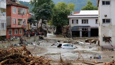 Mașină scufundată într-un oraș lovit de inundații puternice în Turcia