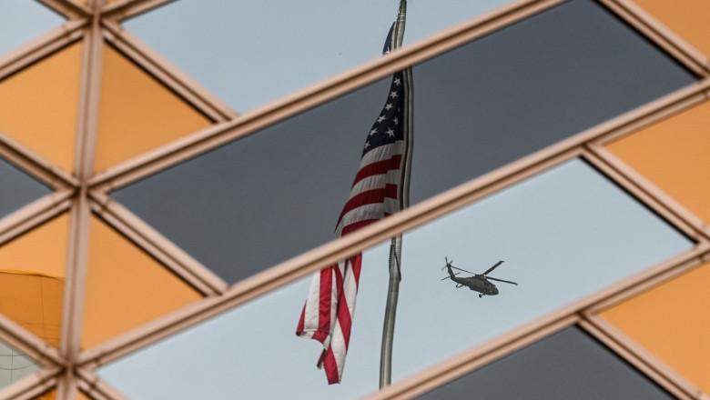 Imaginea unui steag american în geamurile ambasadei SUA din Kabul.