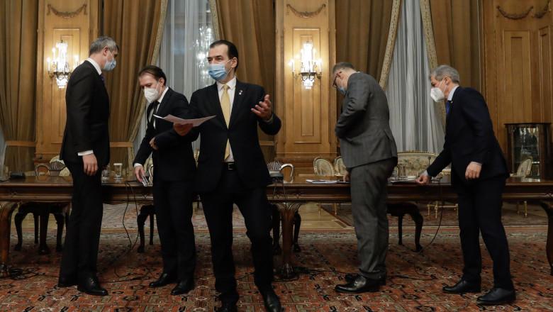 ludovic orban in mana cu un dosar facand un gest larg, in timp ce in spatele sau ceilalti lideri ai coalitiei de guvernare se uita in alte părti