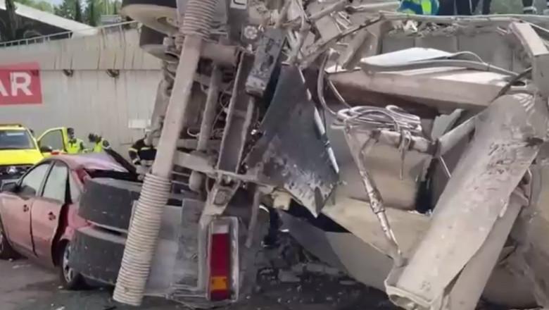 O betănieră răsturnată peste un autoturism.
