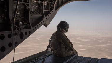 Soldat american într-un avion militar deasupra Afganistanului