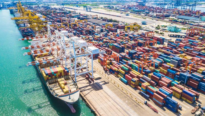 containere multe intr-un terminal portuar vazute de sus
