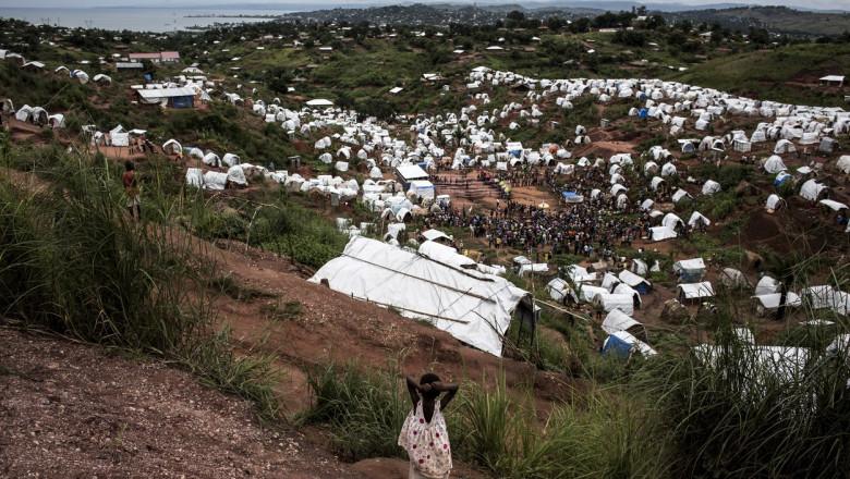 Un sat văzut de sus, de pe un deal, în Congo, în regiunea Tanganyika