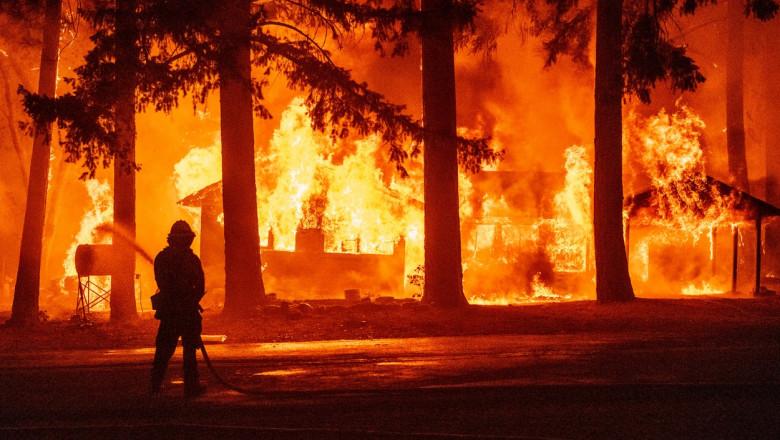 Pompier încearcă să stingă un incendiu puternic în SUA