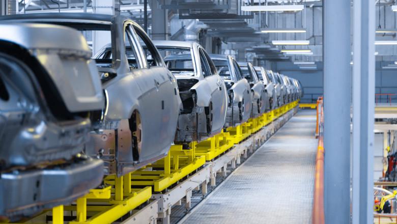 linie de productie in uzina auto cu carcase de masini aliniate pe banda